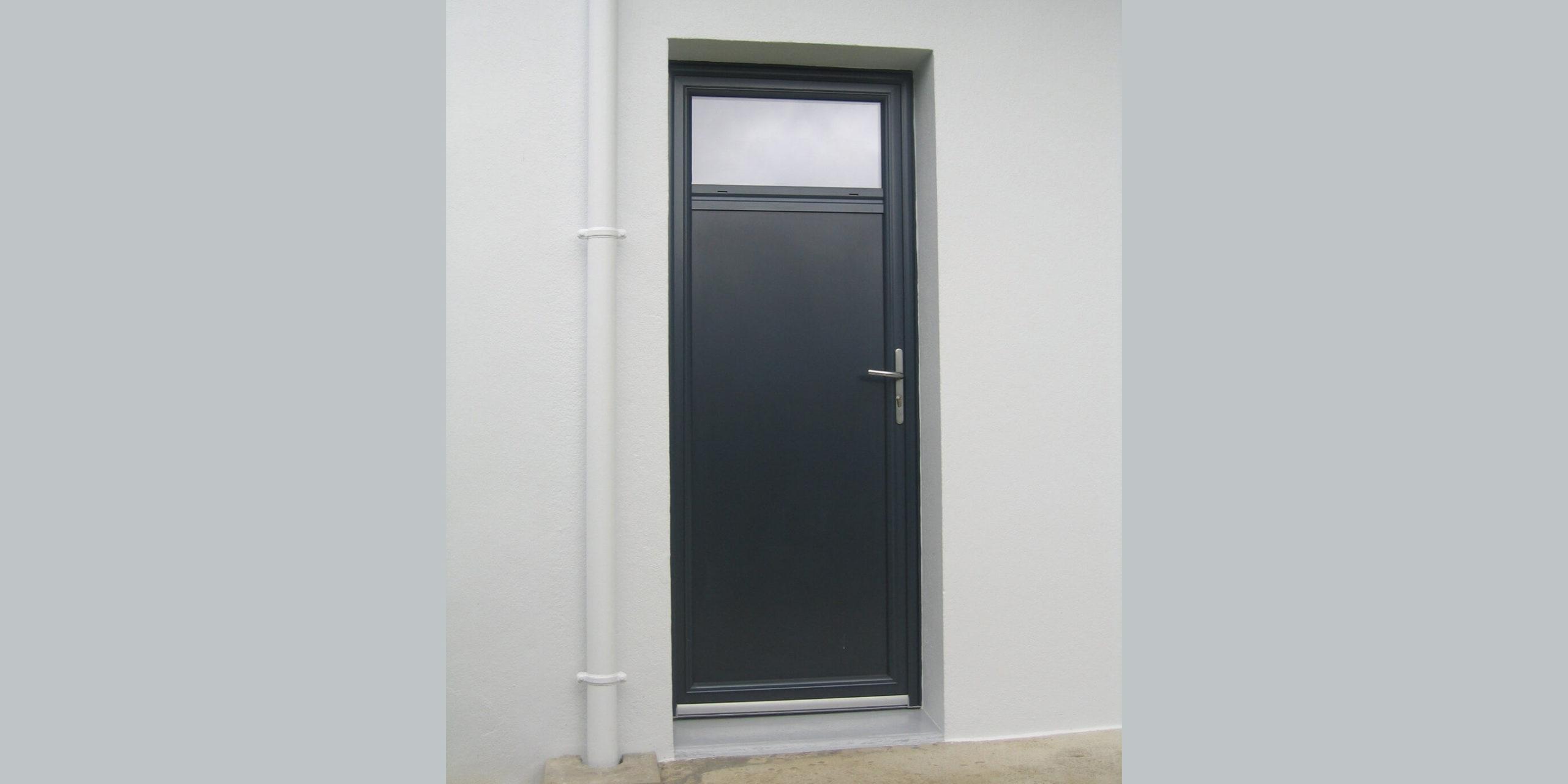 Porte de service Morbihan : équipez vos maisons et entreprises d'une porte de service